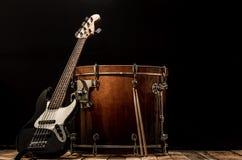 musikinstrument bas- Bochka för vals elbas på en svart bakgrund Arkivbild