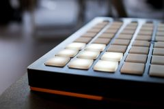 Musikinstrument för elektronisk musik med en matris av 64 tangenter Arkivfoton
