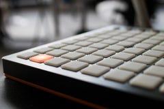 Musikinstrument för elektronisk musik med en matris av 64 tangenter Royaltyfria Bilder