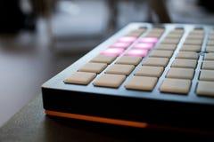 Musikinstrument für elektronische Musik mit einer Matrix von 64 Schlüsseln Lizenzfreie Stockfotografie
