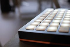 Musikinstrument für elektronische Musik mit einer Matrix von 64 Schlüsseln Lizenzfreie Stockbilder