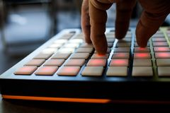 Musikinstrument für elektronische Musik mit einer Matrix von 64 Schlüsseln Lizenzfreies Stockfoto