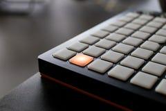 Musikinstrument für elektronische Musik mit einer Matrix von 64 Schlüsseln Stockfotografie