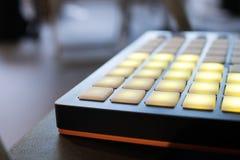 Musikinstrument für elektronische Musik mit einer Matrix von 64 Schlüsseln Lizenzfreies Stockbild