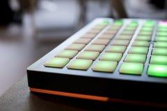 Musikinstrument für elektronische Musik mit einer Matrix von 64 Schlüsseln Stockbilder
