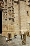 Musikinstrument framme av domkyrkan, Seville, Spanien royaltyfri foto