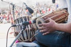 Musikinstrument med mikrofonen står i konserten, nära u royaltyfri fotografi