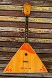 Musikinstrumentbalalaika auf hölzernem Hintergrund lizenzfreie stockfotografie