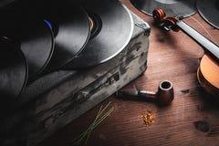 Musikinstrumente und alte Nachrichten Stockfotografie