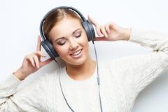 Musikjugendlich-Mädchentanzen gegen weißen Hintergrund Stockbilder