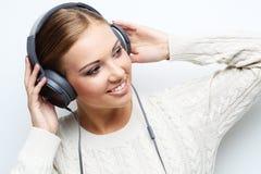 Musikjugendlich-Mädchentanzen gegen weißen Hintergrund Stockbild