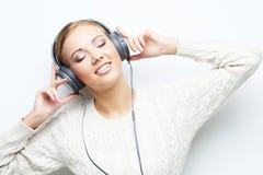 Musikjugendlich-Mädchentanzen gegen weißen Hintergrund Lizenzfreie Stockfotos