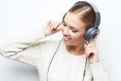 Musikjugendlich-Mädchentanzen gegen weißen Hintergrund Stockfotografie