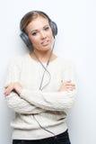 Musikjugendlich-Mädchentanzen gegen weißen Hintergrund Lizenzfreie Stockfotografie