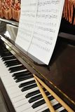 Musikkerbe- und -trommelsteuerknüppel auf Klaviertastatur Stockfotografie