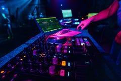 Musikmischer DJ-Kontrolleur Board für das Berufsmischen der elektronischen Musik stockfoto