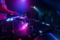 Musikmischer DJ-Kontrolleur Board für das Berufsmischen der elektronischen Musik stockbild