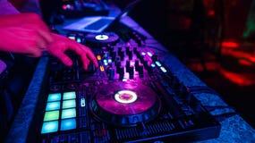 Musikmischer DJ-Kontrolleur Board f?r das Berufsmischen der elektronischen Musik stockfoto