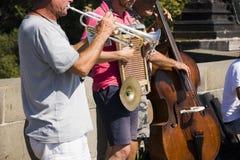 Musikmusikband av Czechia folk som spelar musik för show på Charles Bridge Arkivfoton