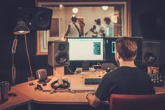 Musikmusikband i en cd inspelningstudio Royaltyfria Foton