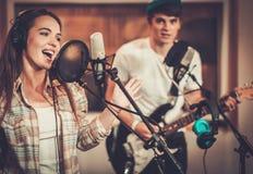 Musikmusikband i en studio royaltyfria bilder
