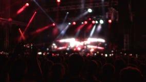 Musikmusikband som öppnar deras levande kapacitet med showen för laser-ljus, konsert arkivfilmer