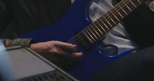 Musikmusikband som spelar deras nya sånger i studio arkivfilmer