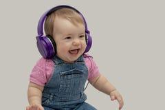 Musikpräferenzen der Kinder, das Kind hört Musik in den Kopfhörern lizenzfreies stockbild