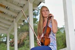 Musikserie - utomhus- fiol- eller lurendrejerispelare arkivfoton
