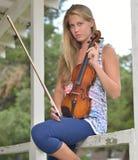 Musikserie - utomhus- fiol- eller lurendrejerispelare arkivbild