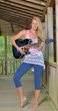 Musikserie - utomhus- gitarrspelare Fotografering för Bildbyråer