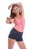 Musikspaß für die Jugendlichen, die mit Kopfhörern singt Stockbilder