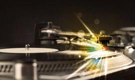 Musikspelaren som spelar vinyl med glöd, fodrar att komma från behovet Fotografering för Bildbyråer