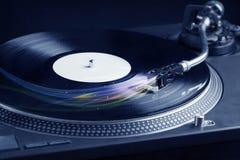 Musikspieler, der Vinylmusik mit bunten abstrakten Linien spielt Lizenzfreie Stockfotografie