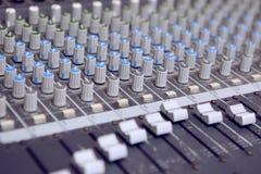 Musikstudio Knapputrustning för kontroll för solid blandare Royaltyfria Bilder