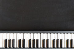 Musiktangentbord på svart tavlabakgrund för childre för musikskola Fotografering för Bildbyråer