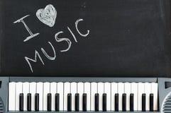 Musiktangentbord på svart tavlabakgrund för passion och förälskelse för Royaltyfri Fotografi