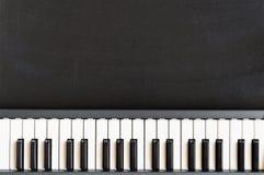 Musiktastatur auf Tafelhintergrund für Musikschule-childre Stockbild