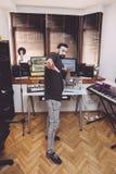 Musiktechniker, der sein Studio zeigt Stockfotos