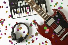 Musiktillverkaresammansättning på vit bakgrund arkivfoto