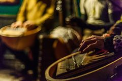Musique africaine vivante dans une barre locale images libres de droits