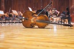 Musique d'orchestre d'instruments de musique de violoncelle sur salle de concert étape Image stock