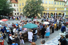 Musique d'orgue sur des rues de Prague, République Tchèque photos stock