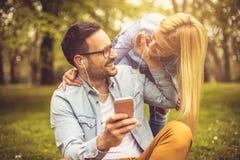 Musique de écoute de couples au parc photo libre de droits