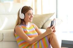 musique de écoute d'ado à la maison Photo stock