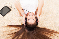 Musique de écoute d'adolescente Photos libres de droits
