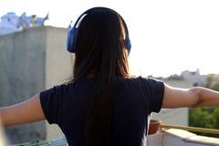 Musique de écoute d'adolescente avec plein du plaisir photo libre de droits