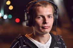 Musique de écoute d'homme à la ville Photographie stock libre de droits
