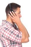 Musique de écoute d'homme avec des écouteurs en fonction Image libre de droits
