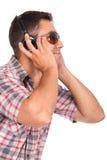 Musique de écoute d'homme avec des écouteurs en fonction Photo stock